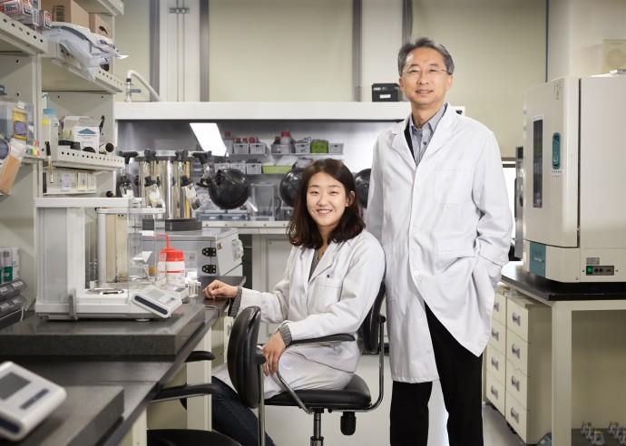 플렉시블 전고체 리튬이온배터리를 개발한 이상영 교수(오른쪽)와 김세희 연구원(왼쪽) - UNIST 제공